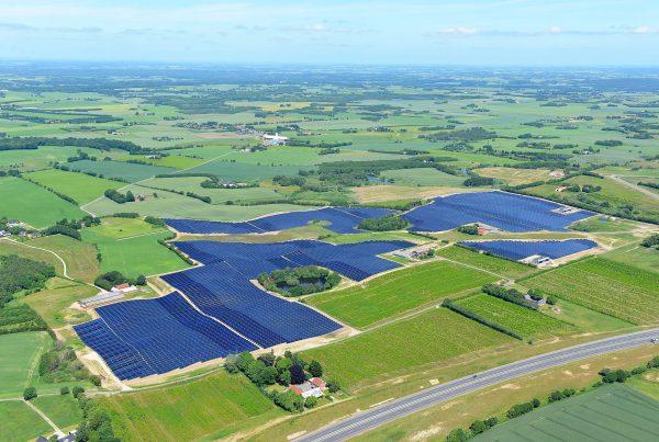 solvarmeanlæg-i-silkeborg-set-fra-luften
